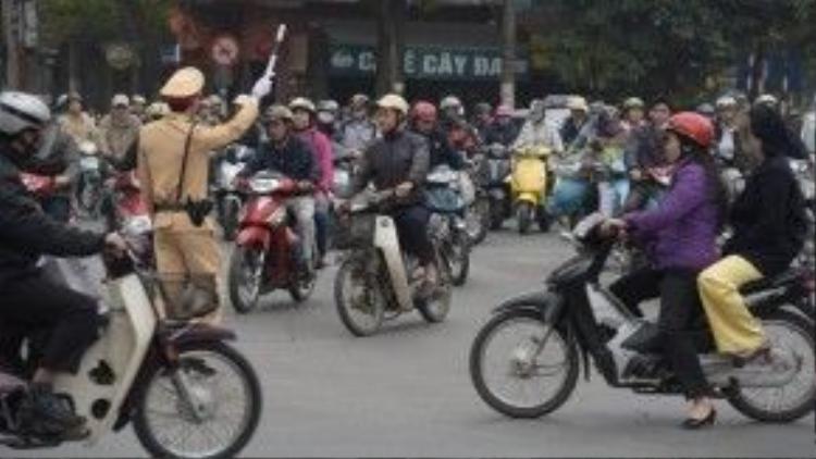 Công an giao thông bận rộn điều khiển vào giờ cao điểm buổi sáng.