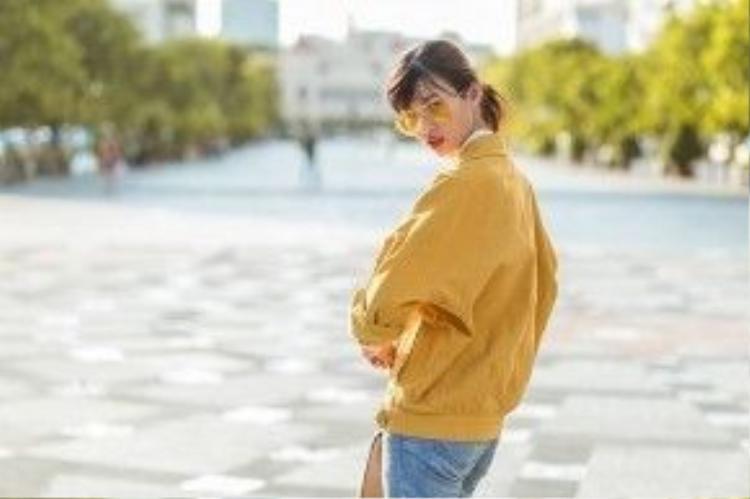 Chiếc kính gây sốt Gentle Monster lại một lần nữa xuất hiện. Cô phối đồ cùng áo khoác kaki màu vàng và quần jean.
