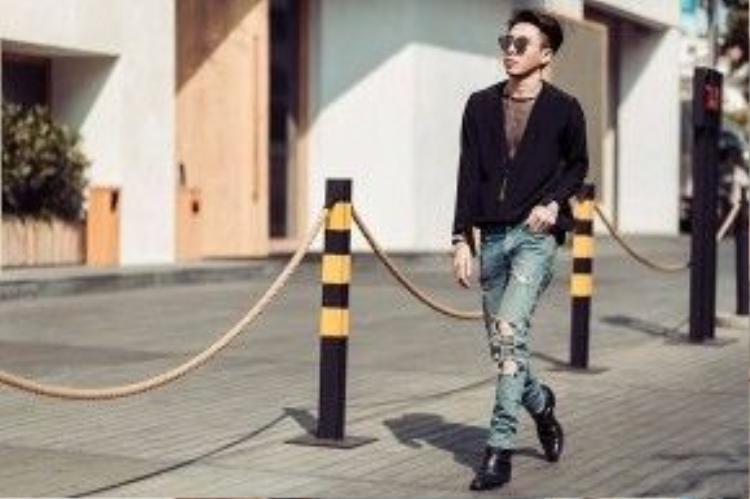Stylist Hoàng Ku xuất hiện với nguyên set đồ gồm quần jean rách và áo len xuyên thấu cách điệu. Các item này đều đến từ nhà mốt SPL.