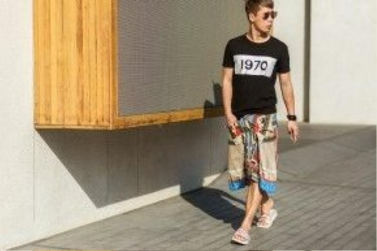 Stylist Travis Nguyễn với set đồ đậm chất mùa hè.