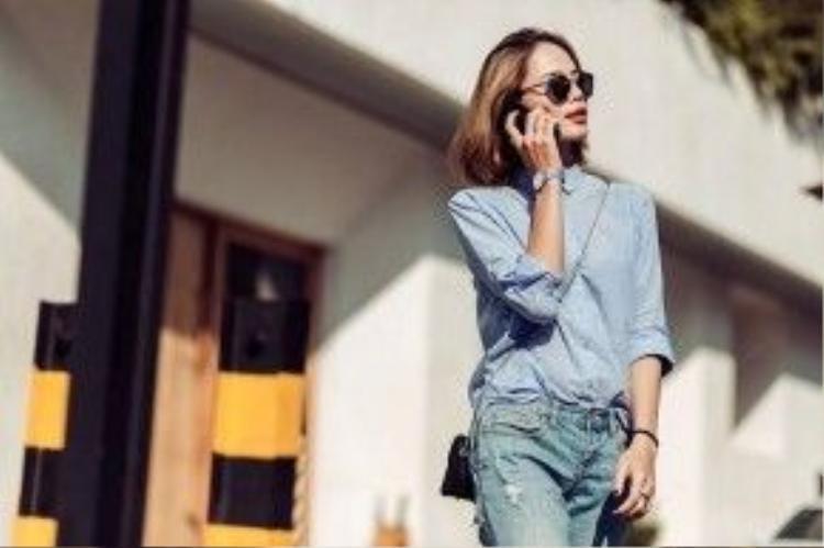 """Một chiếc túi xách nhỏ cùng mắt kính đủ làm nên sự tinh tế cho bộ trang phục tưởng chừng rất """"một màu"""" này của cô nàng."""