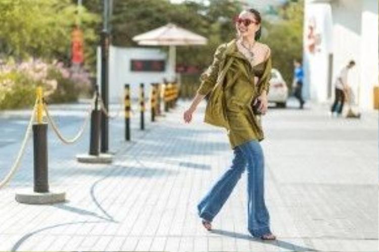 Fashionista Thu Phương với set đồ cực kì thời trang. Cô mặc áo military jacket - một trong những sản phẩm mới nhất của NTK Lê Thanh Hòa. Kết hợp với đó là quần jean ống rộng và sandal cao gót.
