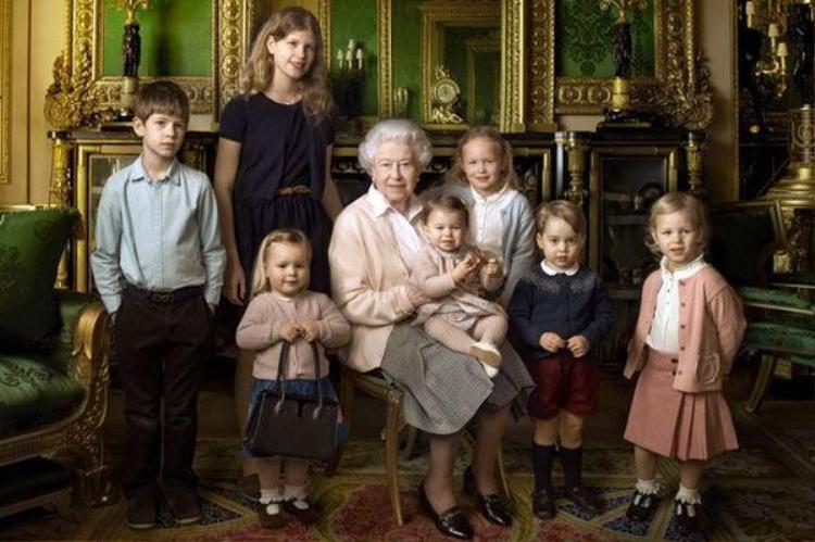 Vẻ mặt ngơ ngác đáng yêu của Hoàng tử George khi chào đón Tổng thống Mỹ