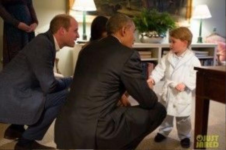 Hoàng tử George bắt tay chào đón Tổng thống Obama.