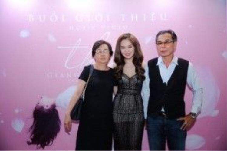 Ba mẹ của Giang Hồng Ngọc cũng đến chung vui trong ngày ra mắt Thôi.