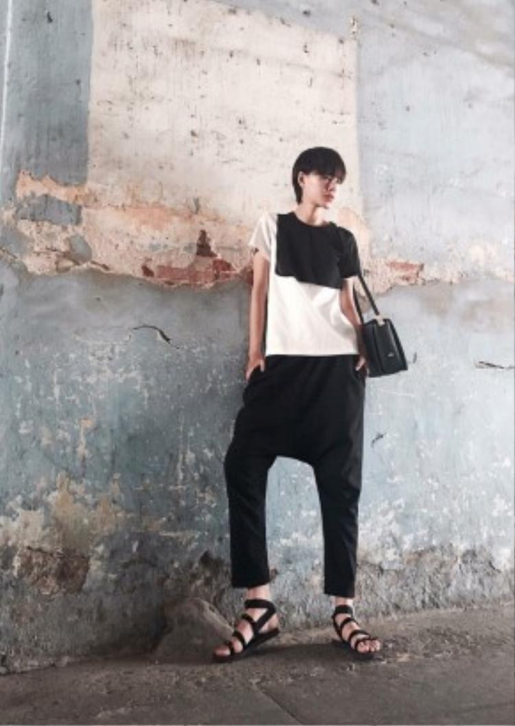 Hà Kino khoe streetstyle ấn tượng với hai tông màu đen trắng. Cô nàng phối cùng sandals chiến binh và túi dáng hộp thời thượng.