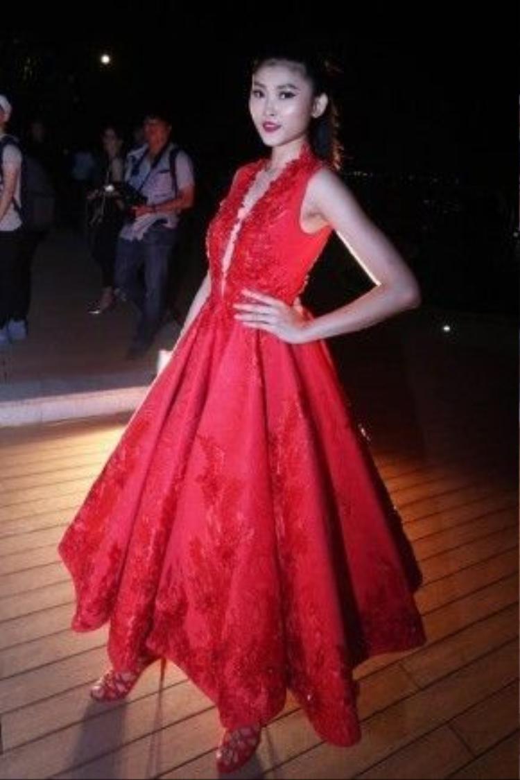 """Kim Phương """"dùng chay"""" với chiếc váy này khi không sử dụng bất kỳ một món đồ trang sức nào."""