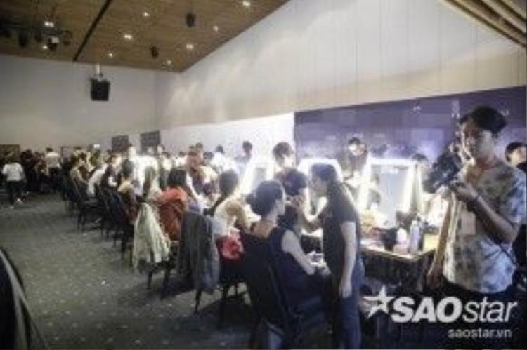 Tất cả không khí khẩn trương đang bao trùm không gian backstage khi các mẫu đang chuẩn bị make up và thử đồ.