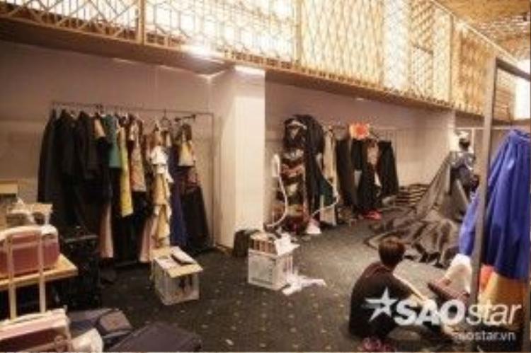 Cảnh quan có chút bừa bộn nơi hậu trường nhưng tất cả trang phục đã sẵn sàng lên kệ để mang lại những màn trình diễn ấn tượng nhất cho giới mộ điệu.