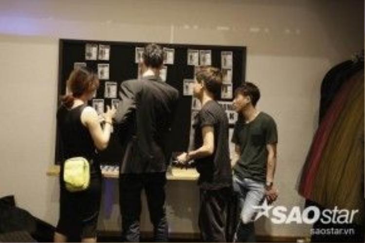 Stylist Hoàng Ku cùng những người bạn đang chốt lại những tranh luận cuối cùng cho show mở màn ấn tượng nhất của NTK Công Trí.