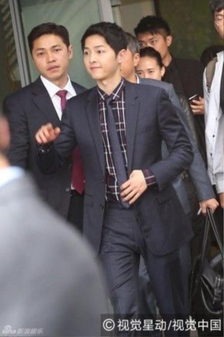 Song Joong Ki tươi tắn khi xuất hiện.