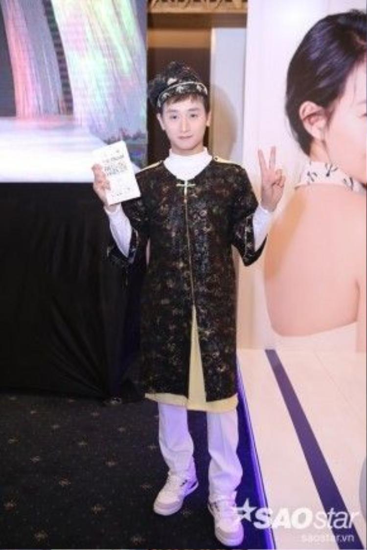 Diễn viên 9x Huy Ma diện áo dài tứ thân cách điệu chất liệu gấm rất phù hợp với chủ đề thời trang của NTK Công Trí đêm nay. Sự mix&match táo bạo với áo dài và giày sneaker khiến cậu rất thời trang.
