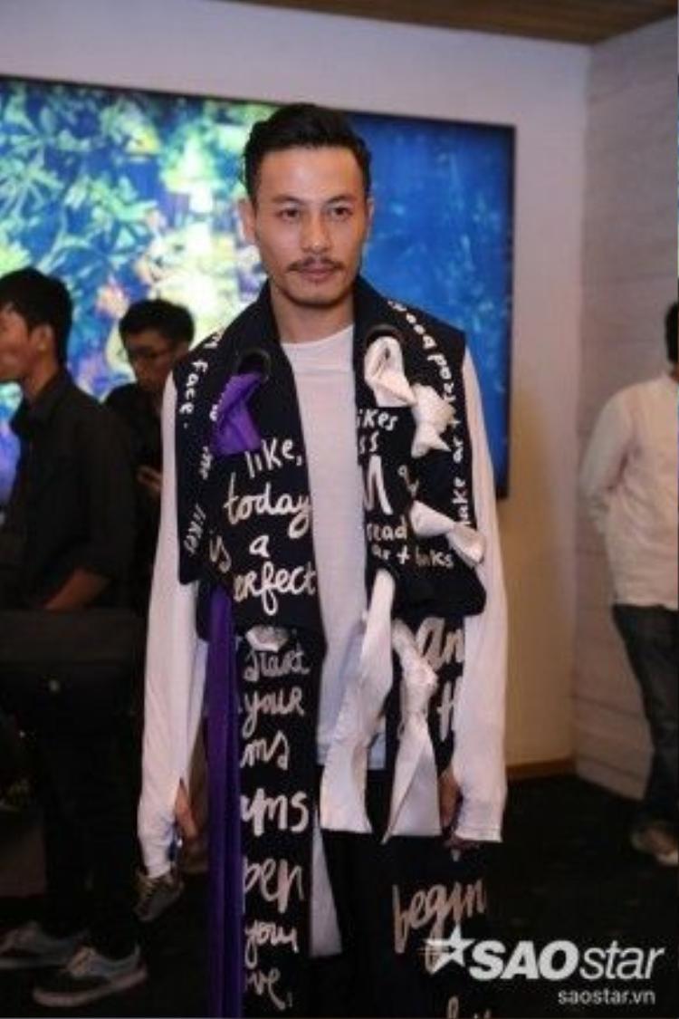 Trương Thanh Long trổ tài tự stylist cho mình với thiết kế áo không tay in hoạ tiết chữ độc đáo.