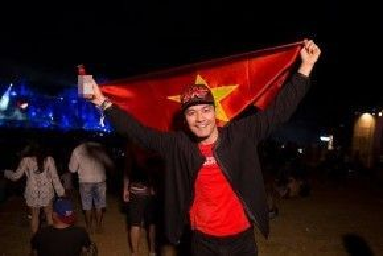 MC Phan Anh hãnh diện mang cờ Tổ quốc đến với lễ hội EDM lớn nhất thế giới.