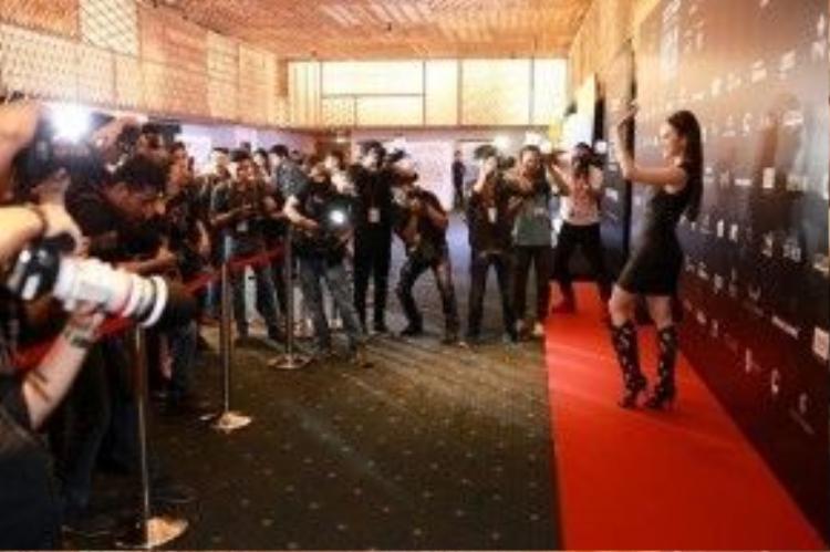 """Có thể nói, người đẹp """"Taxi, em tên gì?"""" là sao Việt được mặc đồ runway của Versace đầu tiên tại Việt Nam."""