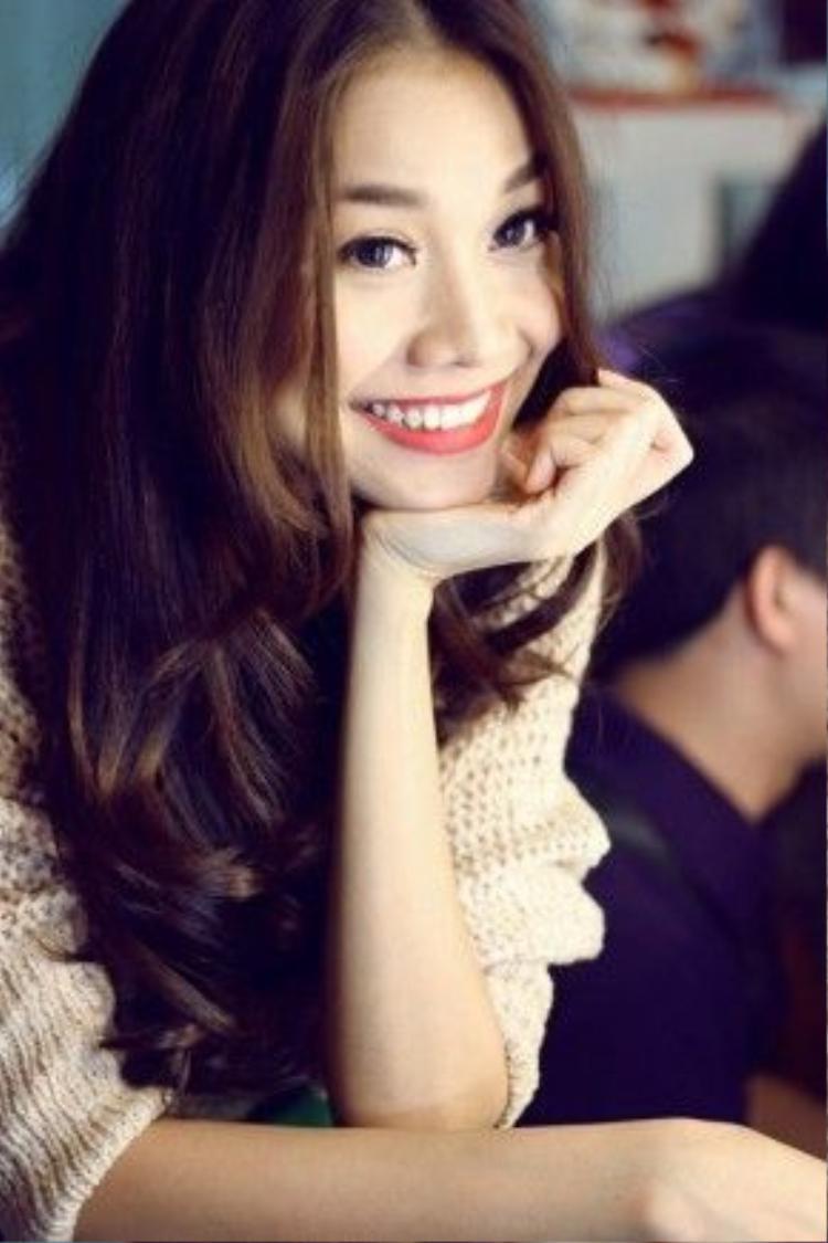 Ở những góc chụp cận, Thanh Hằng vẫn luôn tự tin với khuôn miệng duyên và nụ cười tỏa nắng.
