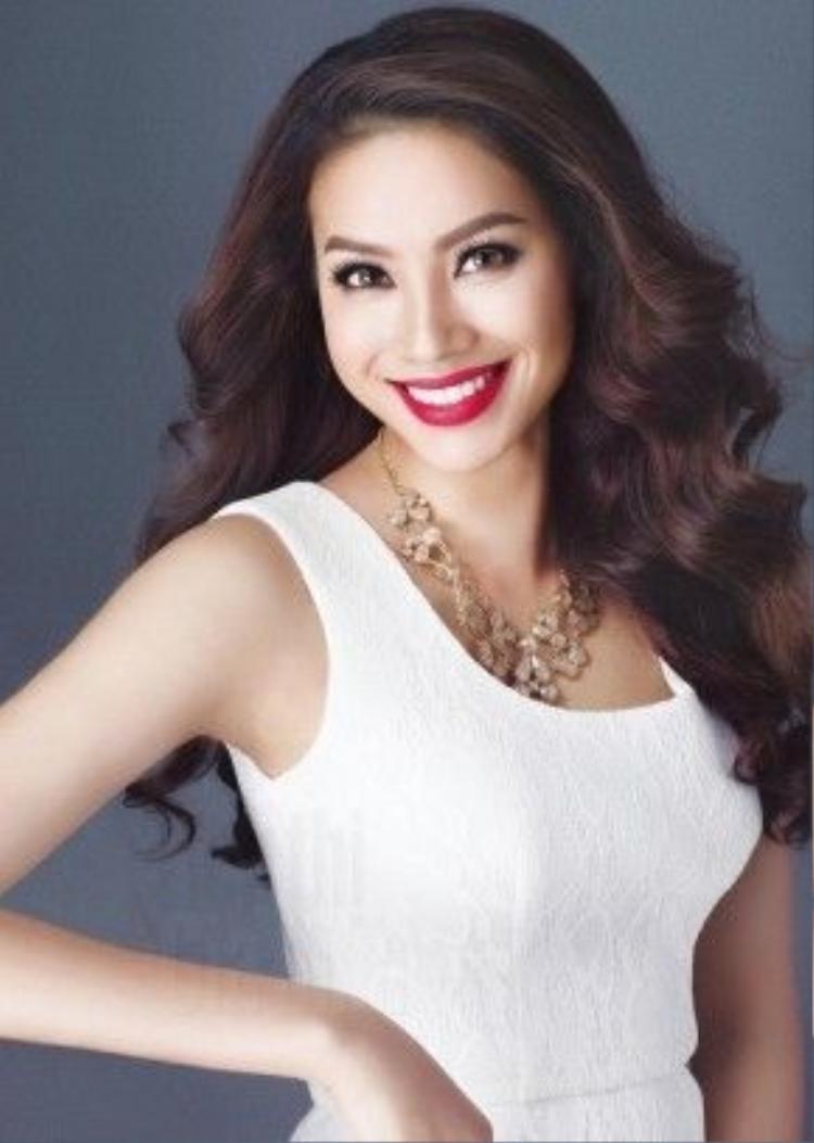 Hàm răng trắng sáng của Phạm Hương khiến nhiều người ao ước. Để làm đẹp răng đơn giản và hiệu quả tại nhà, chị em có thể sử dụng bột baking soda để đánh răng thường xuyên.
