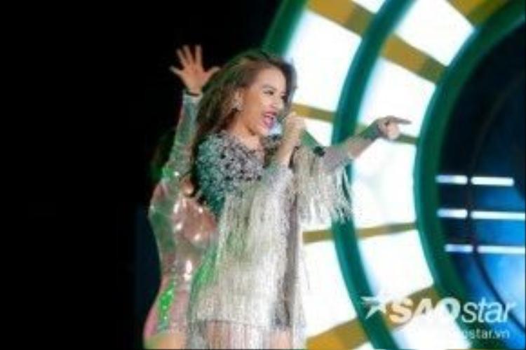 Hoàng Thuỳ Linh vừa ra sân khấu đã bùng nổ ngay lập tức với Just You - một ca khúc cô vừa thể hiện thành công trong The Remix 2016