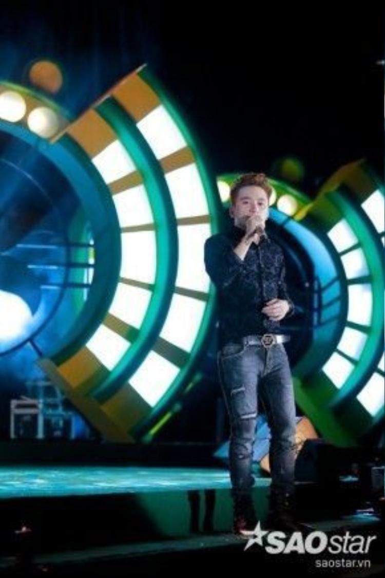 Và anh chào khán giả bằng hit mới ra lò của mình, một sự kết hợp với nhạc sĩ Nguyễn Hải Phong: Tri Kỷ.