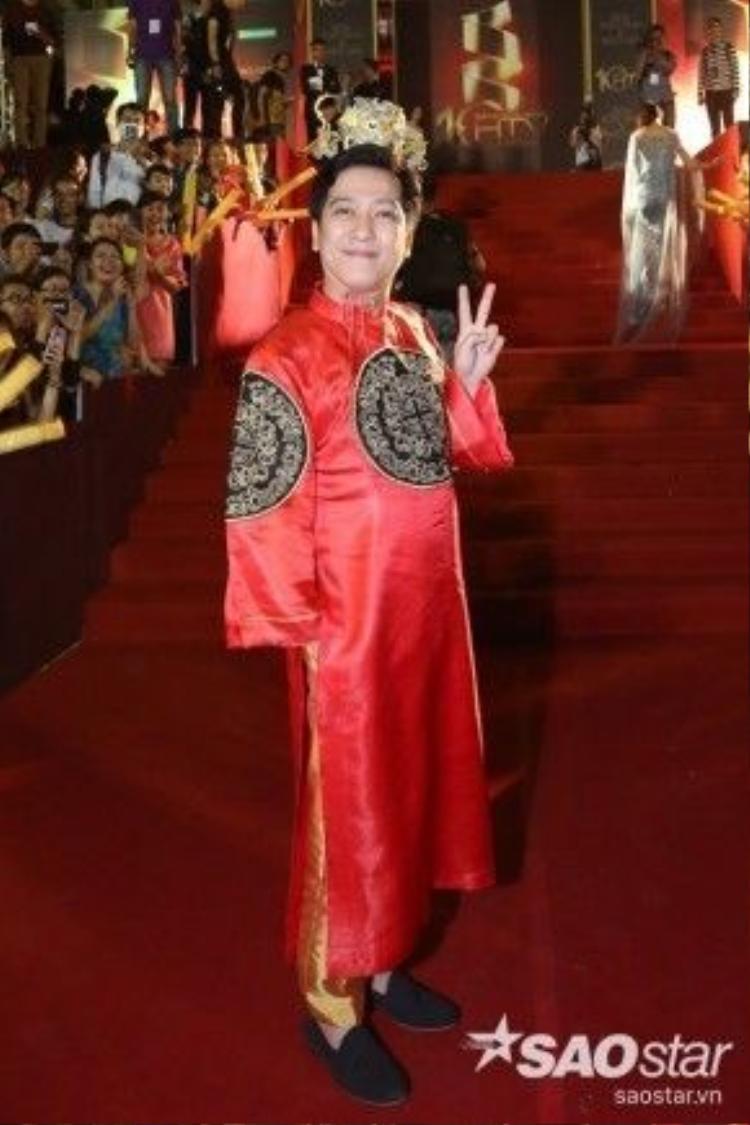 Nghệ sĩ hài Trường Giang lẻ bóng trên thảm đỏ mà không có bạn gái Nhã Phương đồng hành như thường thấy. Anh gây chú ý khi diện lại bộ trang phục của mình ở chương trình Thiên đường ẩm thực.