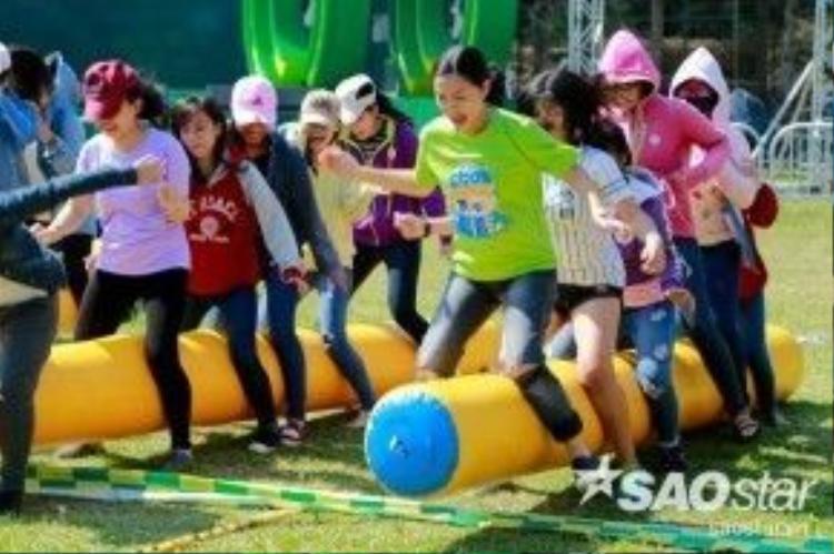 Với vai trò là BTC, Phạm Quỳnh Anh cũng không ngần ngại mà hăng hái tham gia cùng các bạn sinh viên.