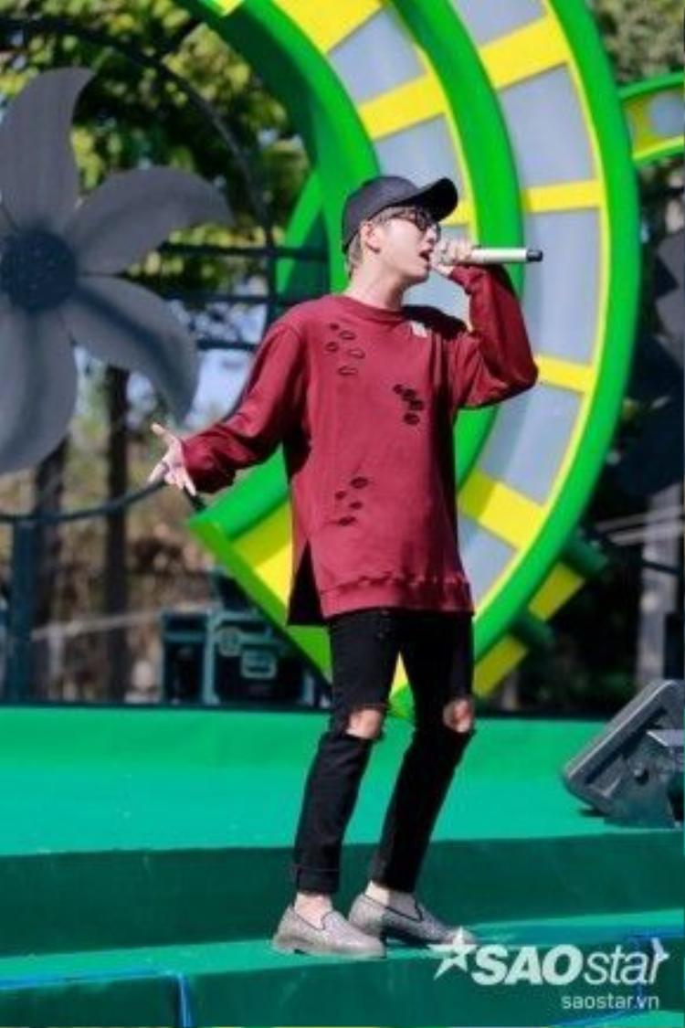 Tân binh Lou Hoàng cũng gây ấn tượng không kém về khả năng khuấy động sân khấu.