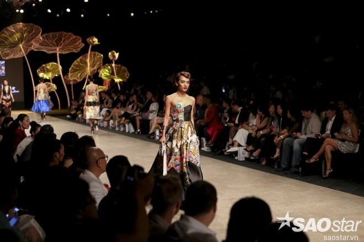Đêm khai màn: Trang Khiếu-Hoàng Thùy bắt tay đại náo sàn runway