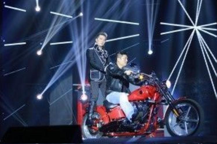 """Trước đó, Đàm Vĩnh Hưng xuất hiện với mô-tô """"khủng"""" trên sân khấu."""