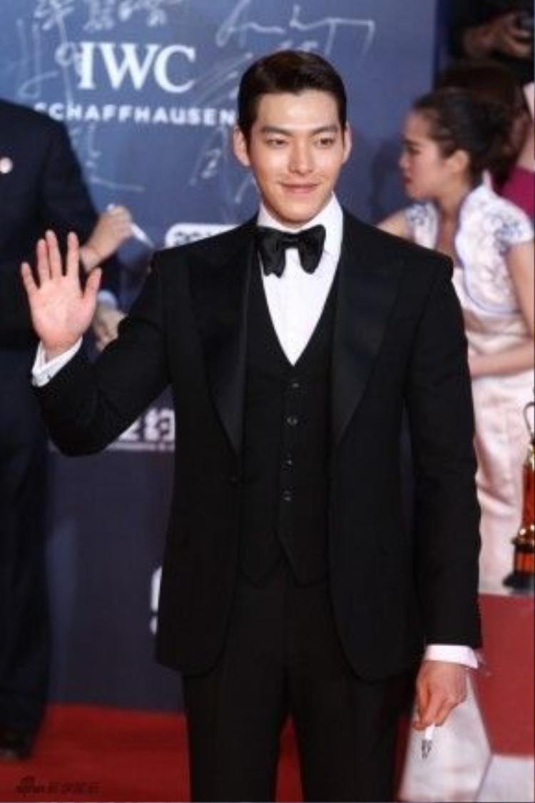 Cũng tại lễ bế mạc LHP Quốc tế Bắc Kinh, Kim Woo Bin gây sốt bởi vẻ điển trai. Anh được đánh giá là nam thần lễ trao giải.