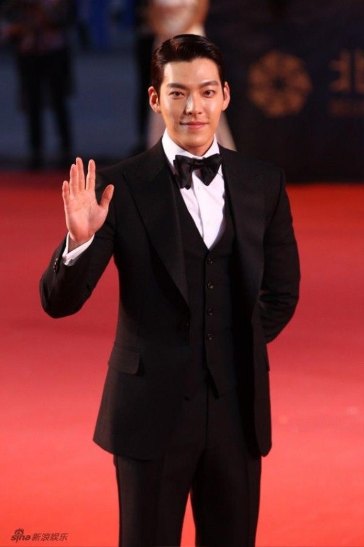 Hoa đán Hong Kong ngã sõng soài, Kim Woo Bin hơn cả soái ca trên thảm đỏ