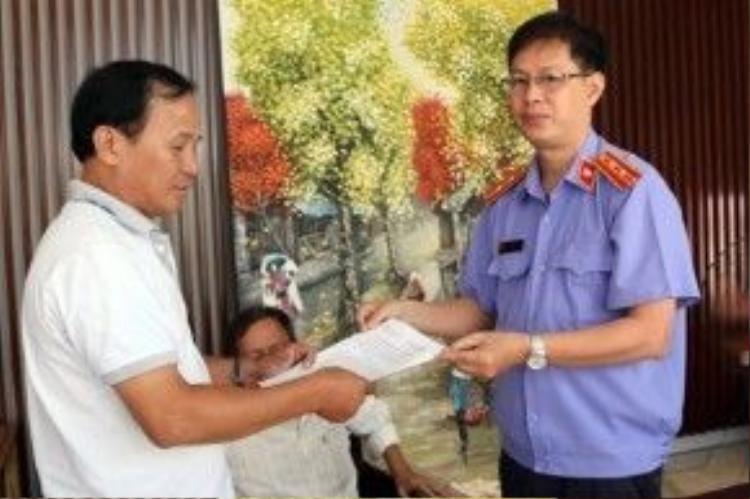Đại diện VKSND huyện Bình Chánh, TP.HCM trao quyết định đình chỉ vụ án, đình chỉ bị can cho ông Tấn.