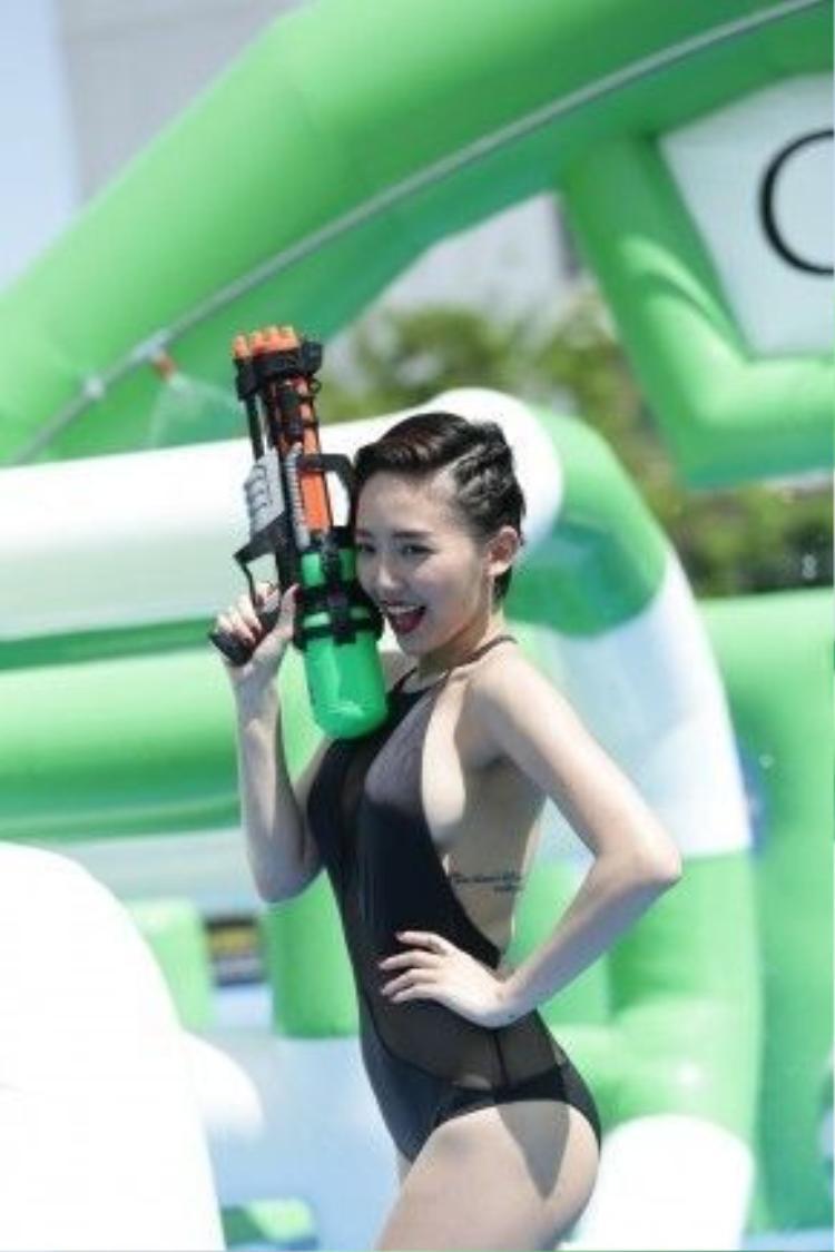 Cô nàng tinh nghịch chơi súng nước. Nụ cười thoải mái của Tóc Tiên làm người hâm mộ cũng cảm thấy vui lây.