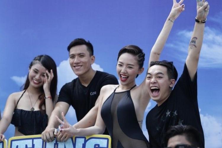 Thanh Hằng, Tóc Tiên diện bikini nóng bỏng chơi lặn biển giữa thành phố