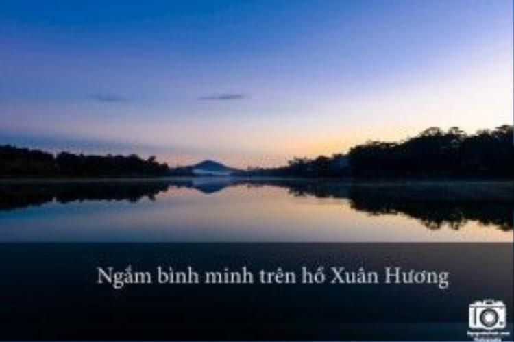Bạn hãy thức dậy từ tầm 5h, đi bộ dọc theo hồ Xuân Hương để chiêm ngưỡng cảnh bình minh trên mặt hồ rất đẹp. Thời tiết khoảng 10 độ C, rất lạnh nhưng cũng rất đã.
