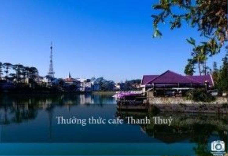 Quán nằm trên hồ Xuân Hương có vị trí tuyệt đẹp, màu tím của quán nổi bật giữa nền trời xanh biếc.