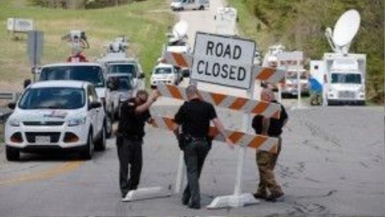 Cảnh sát phong tỏa một giao lộ gần hiện trường vụ thảm sát ở Ohio. Ảnh: AP
