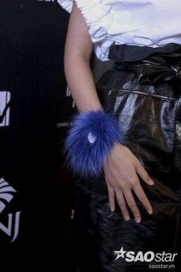 Đồng hồ đeo tay mix lông vũ tua rau màu xanh chính là điểm nhấn khiến cả set đồ của cô trở nên hoàn chỉnh hơn.