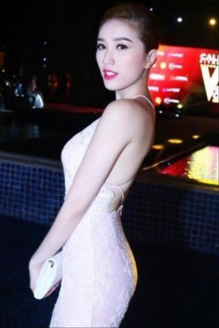 Trong tạo hình của stylist Đỗ Long, Bảo Thy trông trưởng thành hơn với mái tóc được búi gọn nhẹ màu hạt dẻ nổi bật trên tông da trắng sáng của cô nàng.