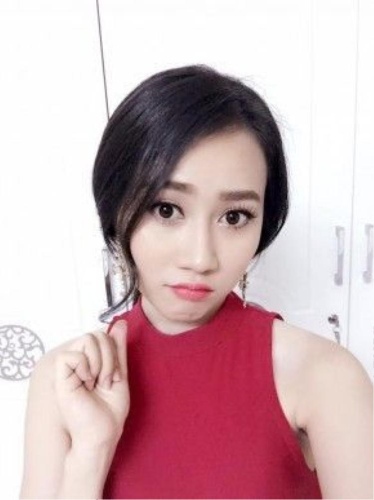 """Huỳnh Hồng Loan, """"người yêu tin đồn"""" của Sơn Tùng MTP trông sang trọng hơn với kiểu tóc buộc thấp này."""