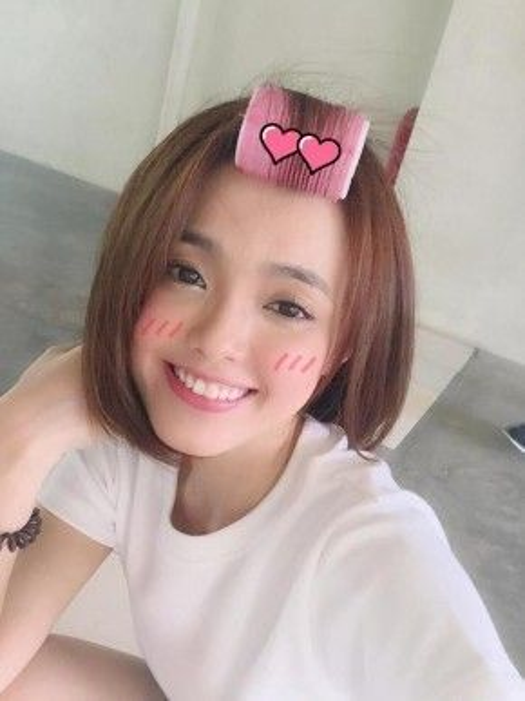 Nếu như bạn không biết làm cách nào để uốn cong phần tóc mái của mình thì hình ảnh của cô bạn Thanh Mai sẽ phần nào giúp bạn bớt mơ hồ hơn.
