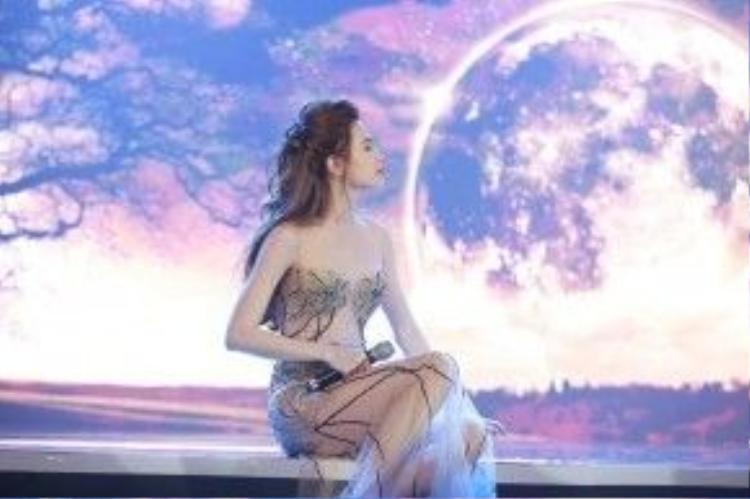 Trong đêm nhạc Love Song vừa qua Hà Hồ ngoài việc đắm chìm trong những cảm xúc bất tận của âm nhạc còn khiến khán giả ngây ngất với mái tóc buộc nửa đầu tông nâu buông dài cực kỳ mộng mơ.