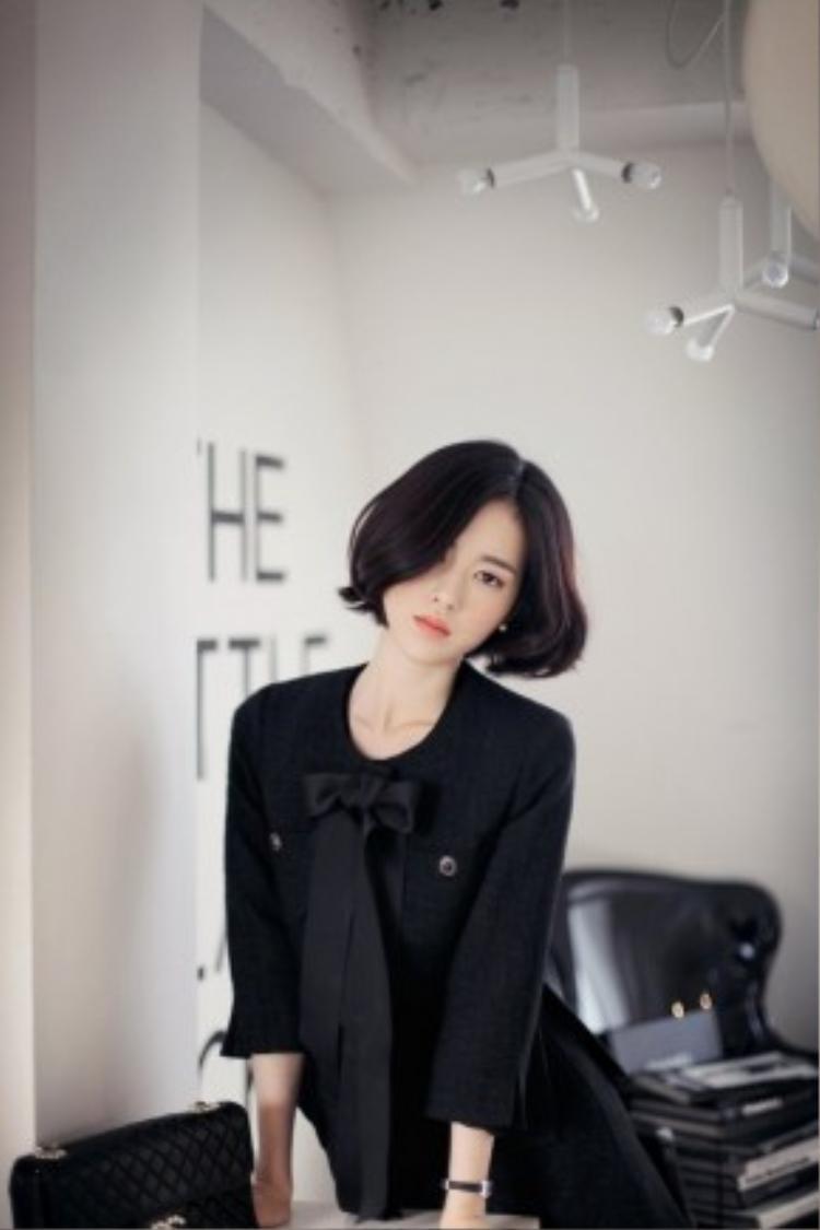 Thiết kế khẳng định màu đen luôn mang lại vẻ đẹp quyến rũ, bí hiểm và đẳng cấp cho người mặc. Có thể coi đây là màu sắc trang phục không bao giờ bị lỗi mốt.