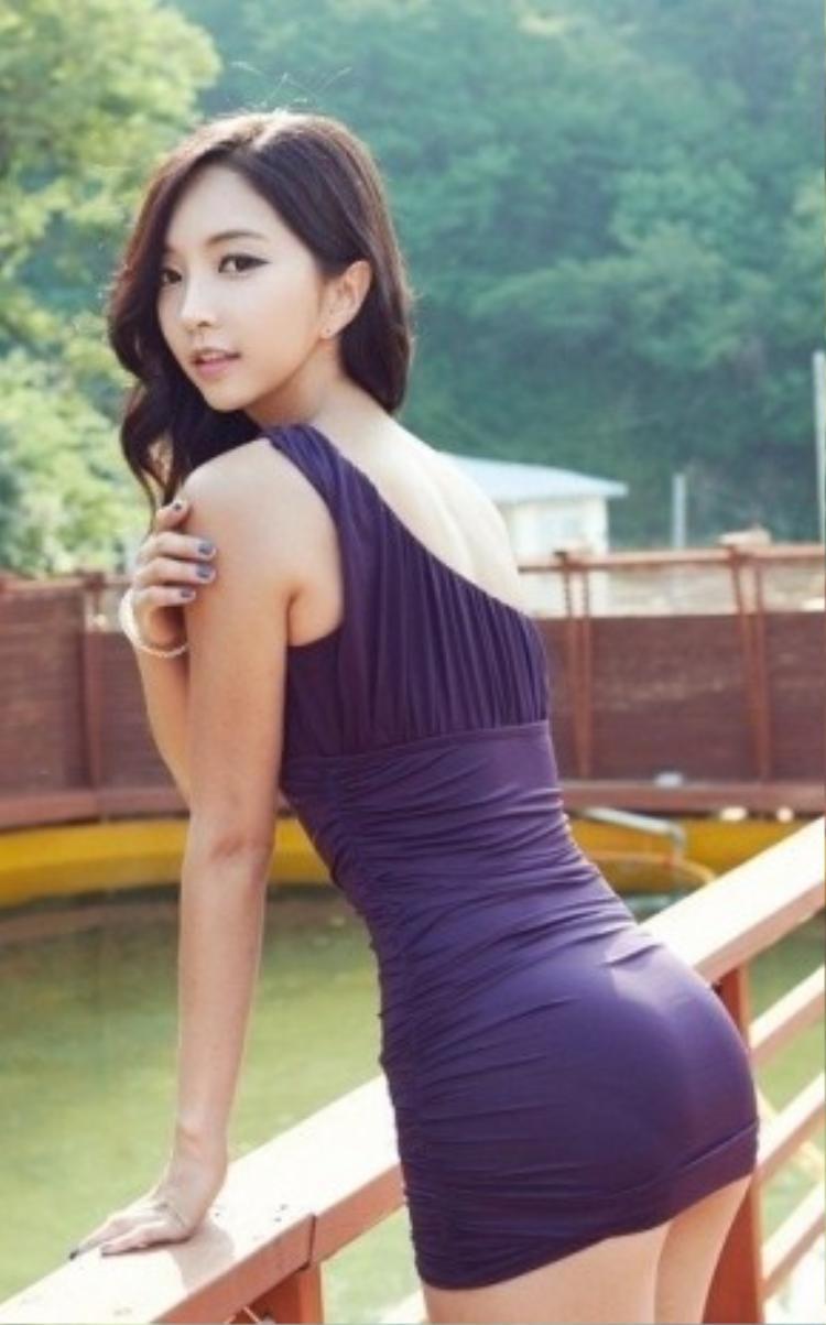 Một chiếc váy lệch vai dáng ôm sexy là gợi ý hoàn hảo cho những buổi tiệc cuối tuần. Nó giúp bạn trông năng động và không thể gợi cảm hơn. Chi tiết vạt lệch không cân xứng mang tới sự mới mẻ, phá cách.Thiết kế sẽ làm tôn vòng eo thon thả và vòng 3 đầy đặn của bạn.