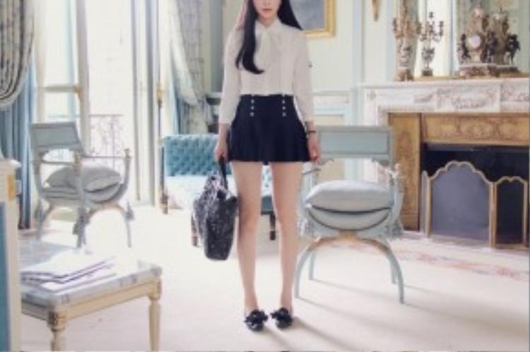 Chân váy ngắn sẽ giúp chân bạn trông dài và thon hơn.