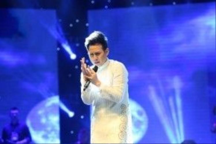 Nguyên Vũ còn thể hiện ca khúc Trúc Đào của nhạc sĩ Anh Bằng.