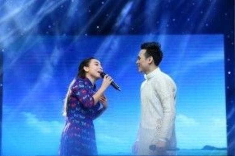 Màn song ca ngọt ngào và duyên dánh trong ca khúc Chuyện hẹn hò (Trần Thiện Thanh) của Phi Nhung và Nguyên Vũ. Trước khi lên sân khấu biểu diễn, Nguyên Vũ và Phi Nhung còn tranh thủ ôn bài.