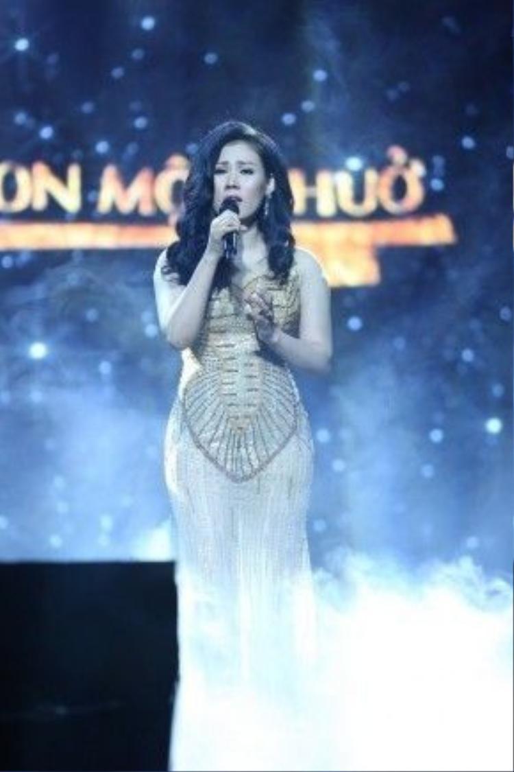 Ca sĩ Ngọc Châm thể hiện ca khúc Mênh mông tình buồn của cố nhạc sĩ Nguyễn Ánh 9.