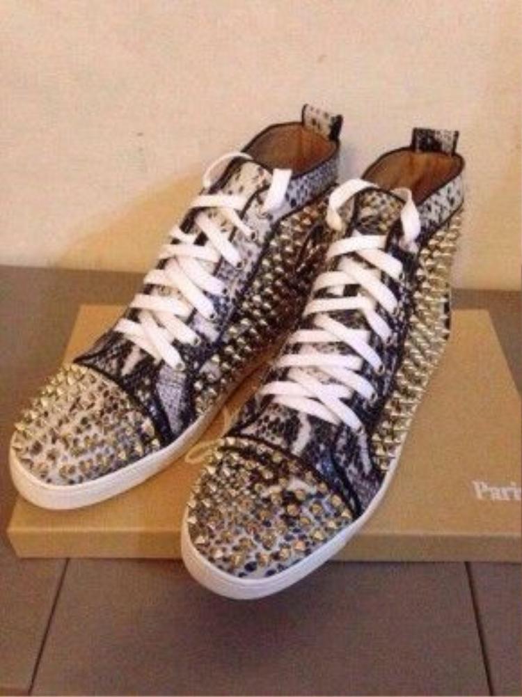 Giày sneaker đinh tán của Louboutin có giá 1.200 USD (khoảng hơn 27 triệu).