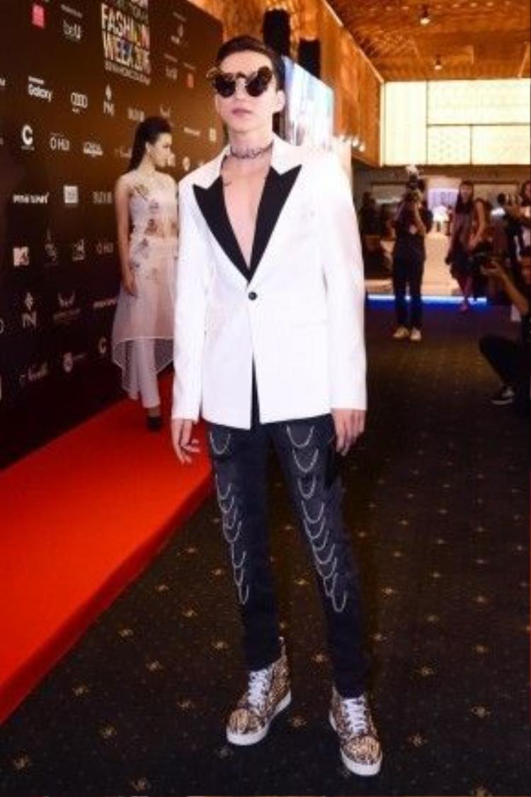 Quần và áo vest của thương hiệu Saint Laurent có tổng giá trị 115 triệu.