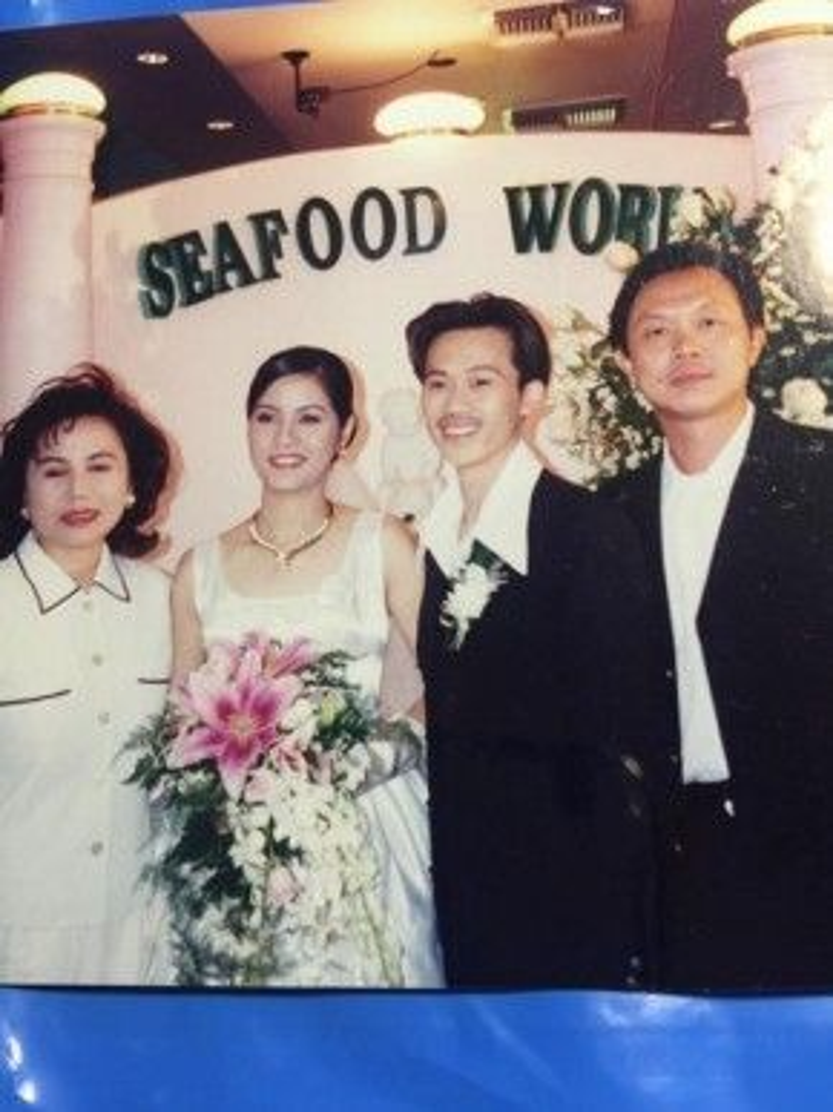 Danh hài Hoài Linh đã kết hôn với người vợ tên Thanh Hương, họ có một con chung là Võ Lê Thành Vinh.
